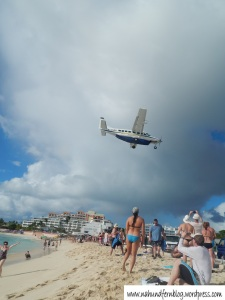 """Flugzeug über dem """"Airport-Beach"""""""